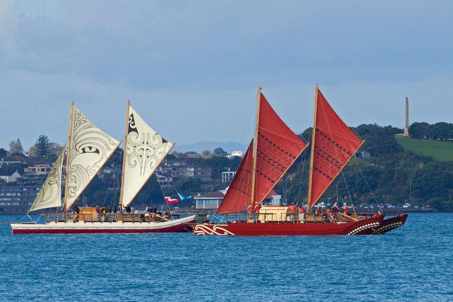 Duas wakas tradicionais de casco duplo, a Te Matau a Maui (esquerda) e a Haunui (direita), ...