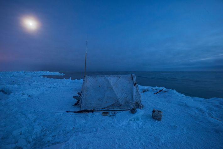 Bem acima do Círculo Polar Ártico em uma plataforma de gelo a quase 2 km da ...
