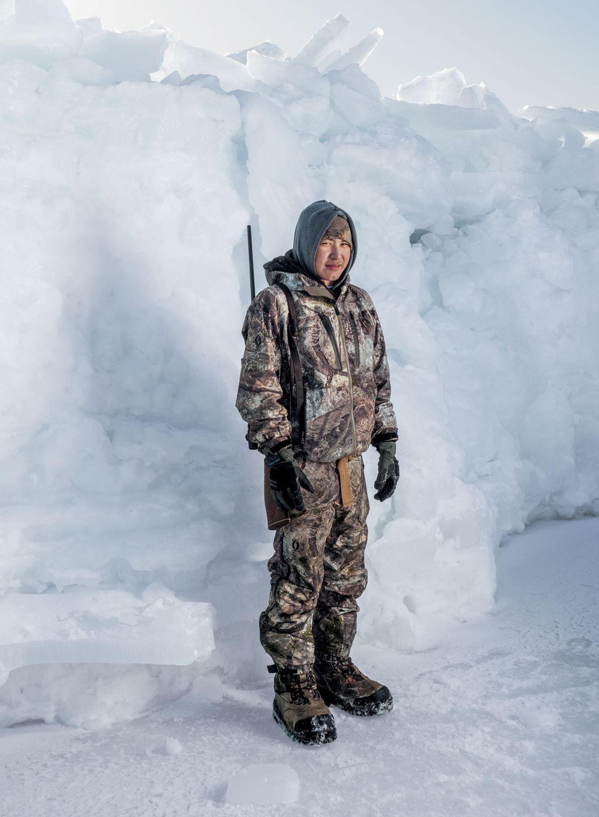 Thomas William Kingosak sempre carrega um rifle durante a caçada às baleias, no caso de um ...