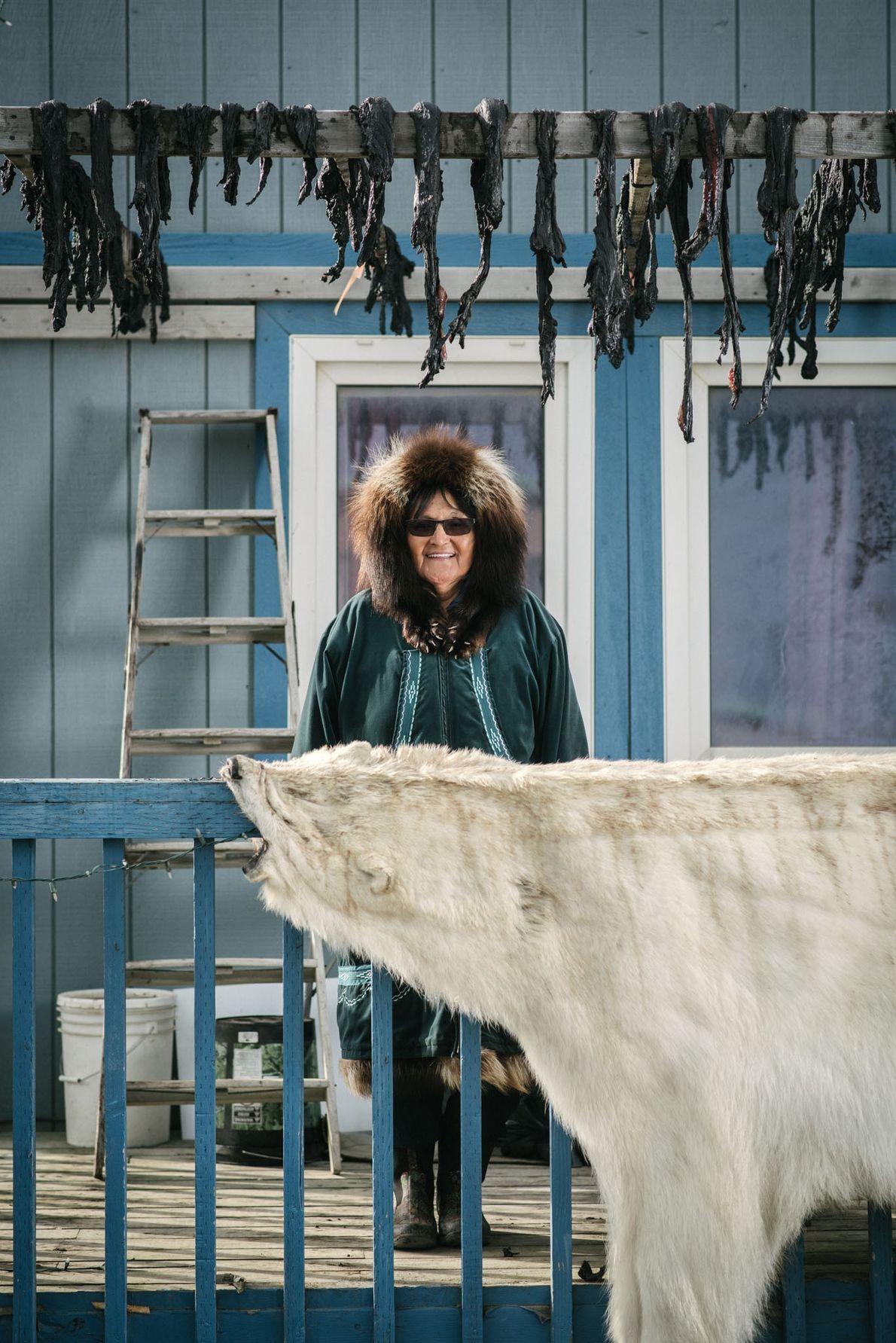 Evelyn Donovan, mãe de um capitão baleeiro, posa para foto em sua varanda com peles de ...