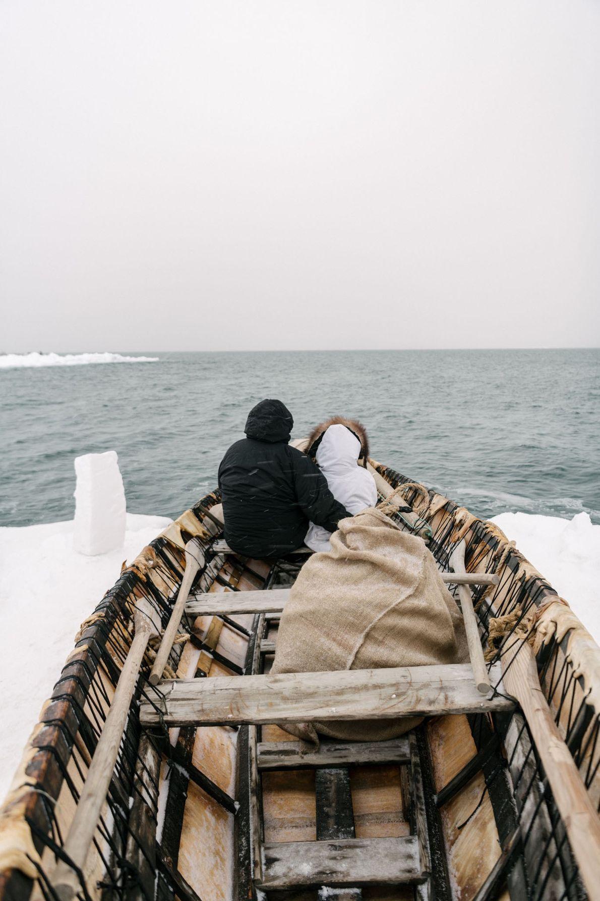 O capitão baleeiro Inugurak Reich e sua filha, Siana, buscam baleias no horizonte. Crianças Inupiat são ...