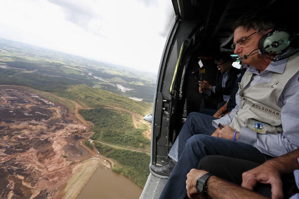 Presidente Jair Bolsonaro sobrevoa região atingida pelo rompimento da barragem em Brumadinho (MG) em 26 de …