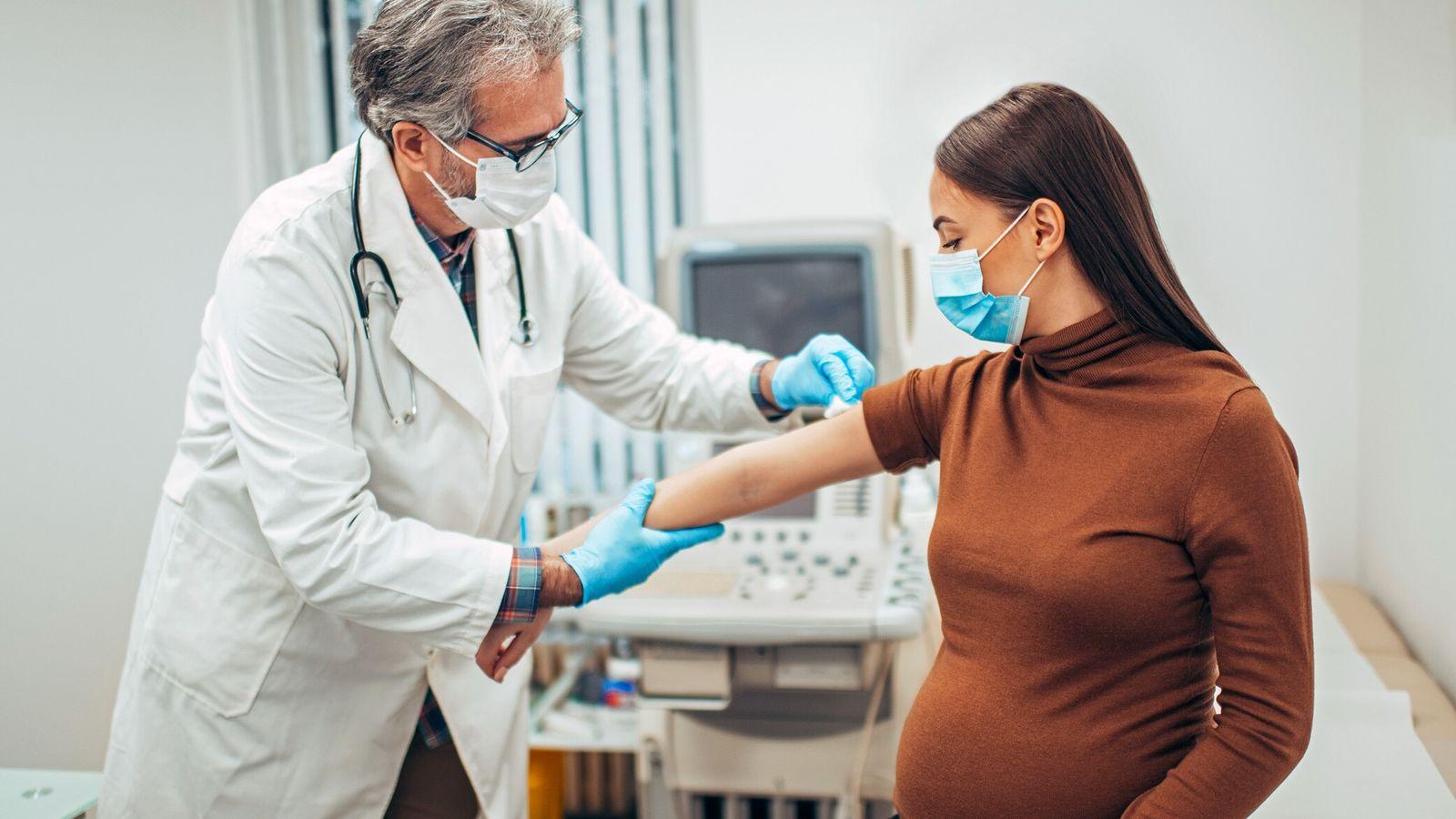 Historicamente excluídas de ensaios clínicos, gestantes muitas vezes precisam decidir se irão receber vacinas e medicamentos ...
