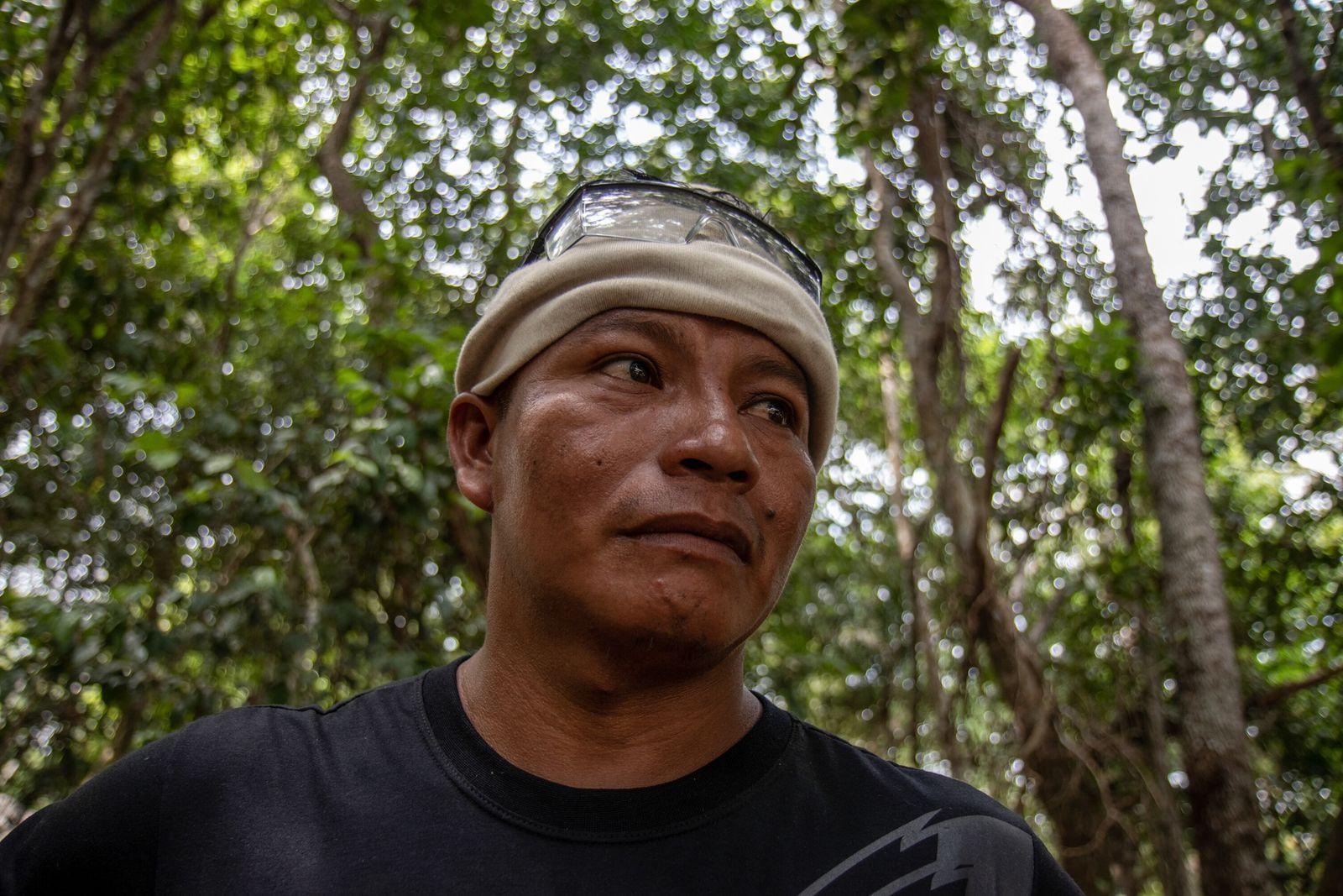 O cacique Dadá Borari participa de treinamento de brigadistas na comunidade do Carão, na Resex Tapajós ...