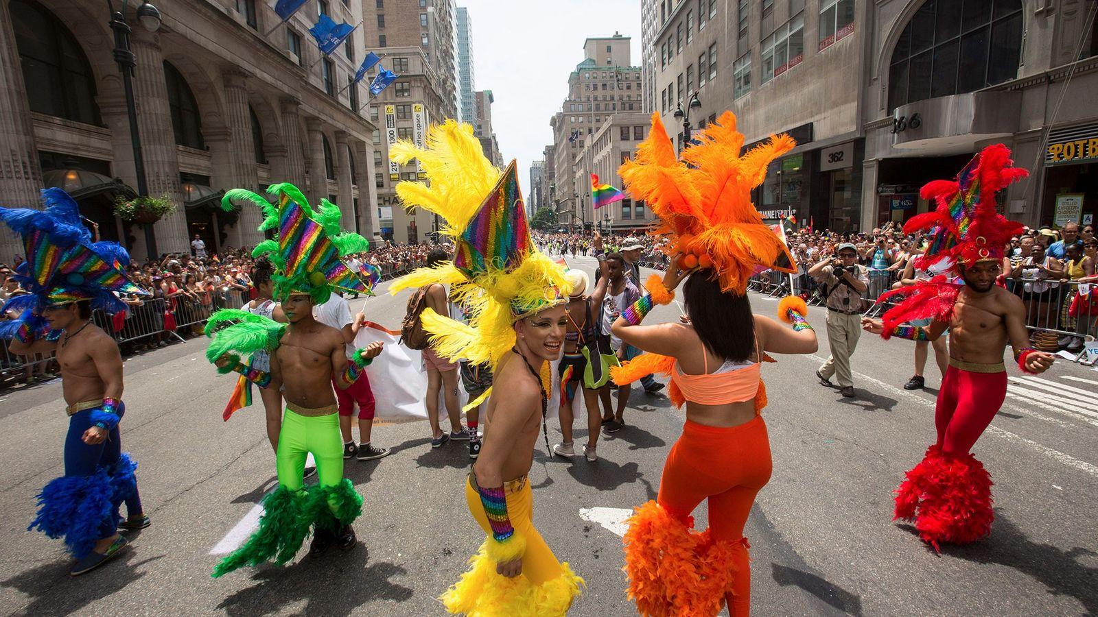 Participantes dançam em fantasias coloridas durante o desfile anual do orgulho LGBT em Nova York.
