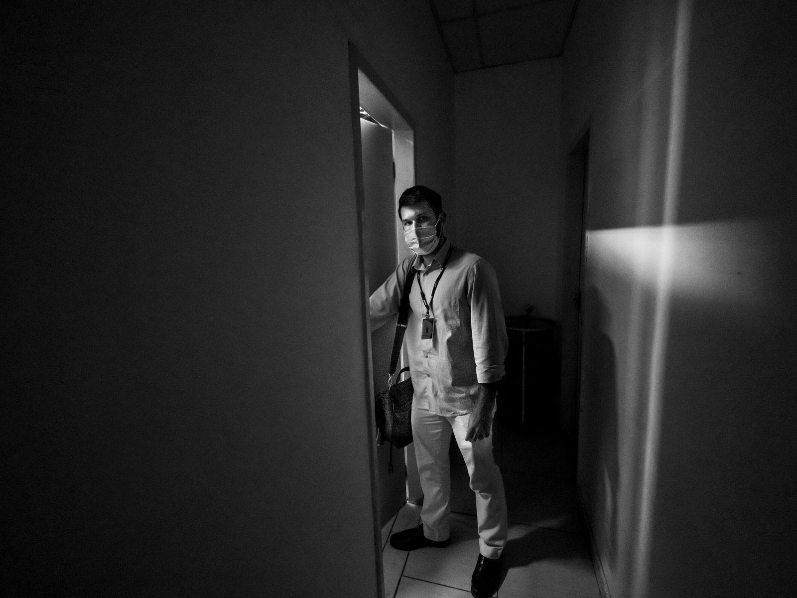 O médico Bruno Bordello no hospital Antônio Pedro, em Niterói, Rio de Janeiro. Além das longas ...