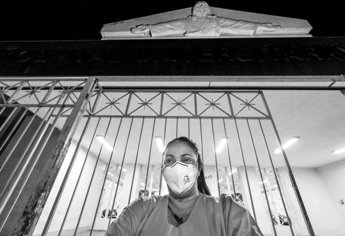 A enfermeira Glória Maria de Moraes posa para foto em frente ao hospital Antônio Pedro, em Niterói, ...