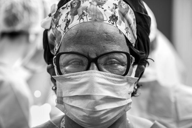 A técnica de enfermagem e instrumentadora Damiana no centro cirúrgico do Hospital Universitário Clementino Fraga Filho, ...