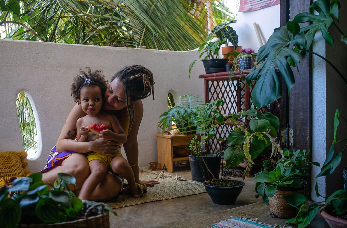 Isis Abena, 35, e a filha Ainá, 2. No início da pandemia, as duas ainda moravam ...