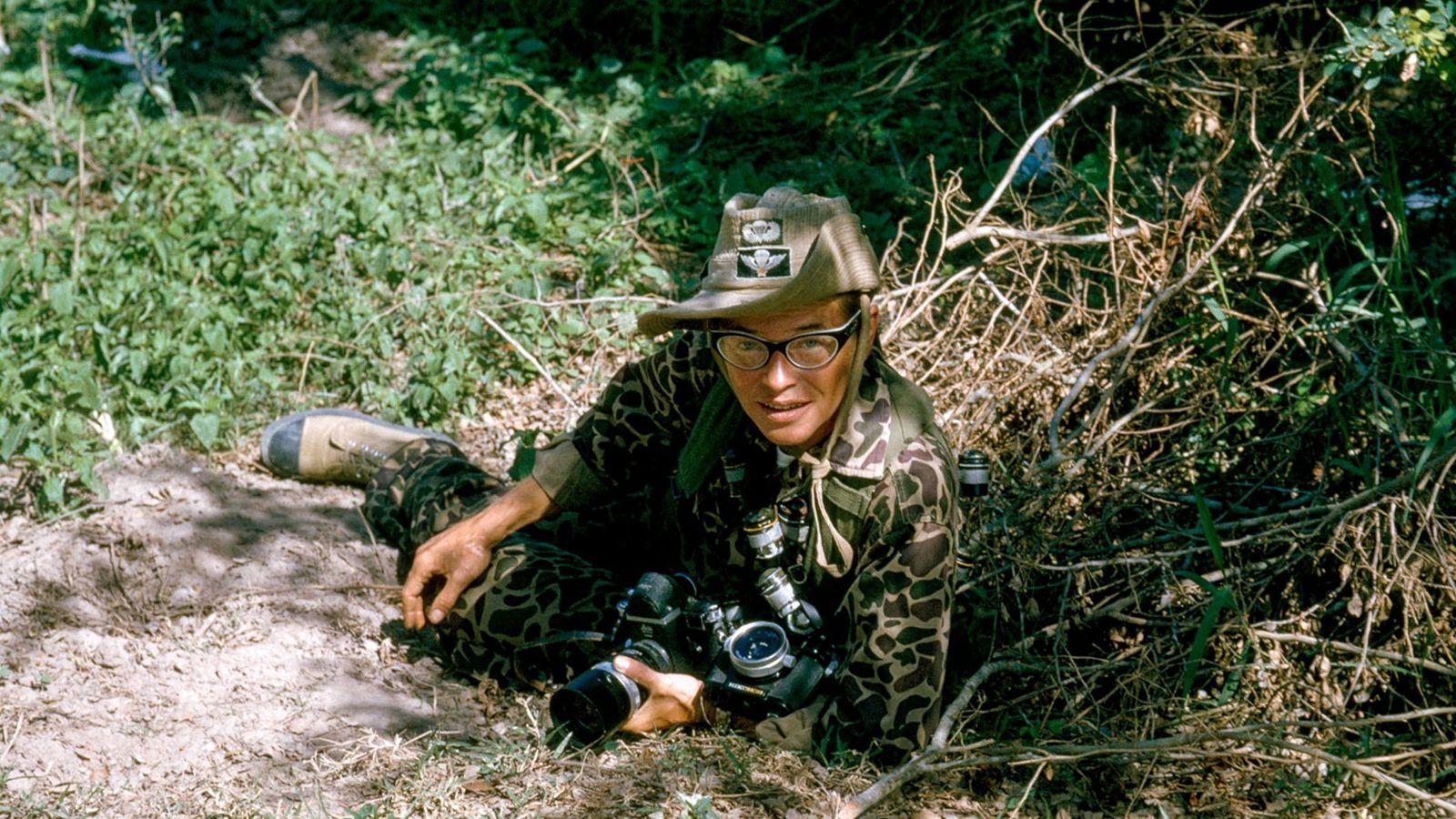 A fotógrafa Dickey Chapelle com sua câmera em uma missão no Vietnã.  Ela já havia ...