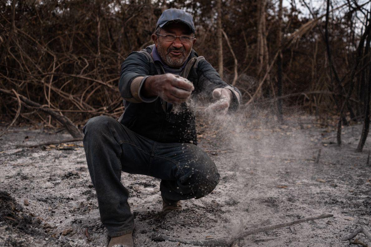 Salvador de Campos Silva, 57 anos, mostra as cinzas resultantes da passagem do fogo. Morador das ...