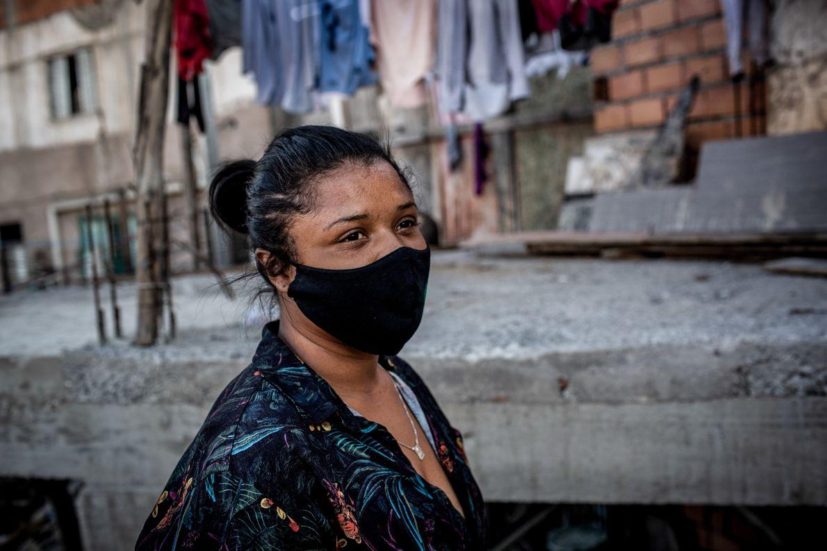 Dilmara é amiga da presidenta de rua Laryssa da Conceição e a auxilia para aprender o ...