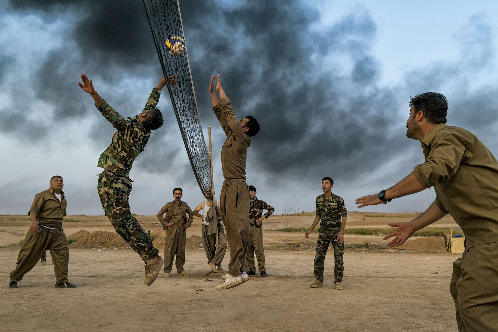 As tropas curdas conhecidas como peshmerga jogam vôlei perto de Kirkuk. As forças curdas lutaram contra ...