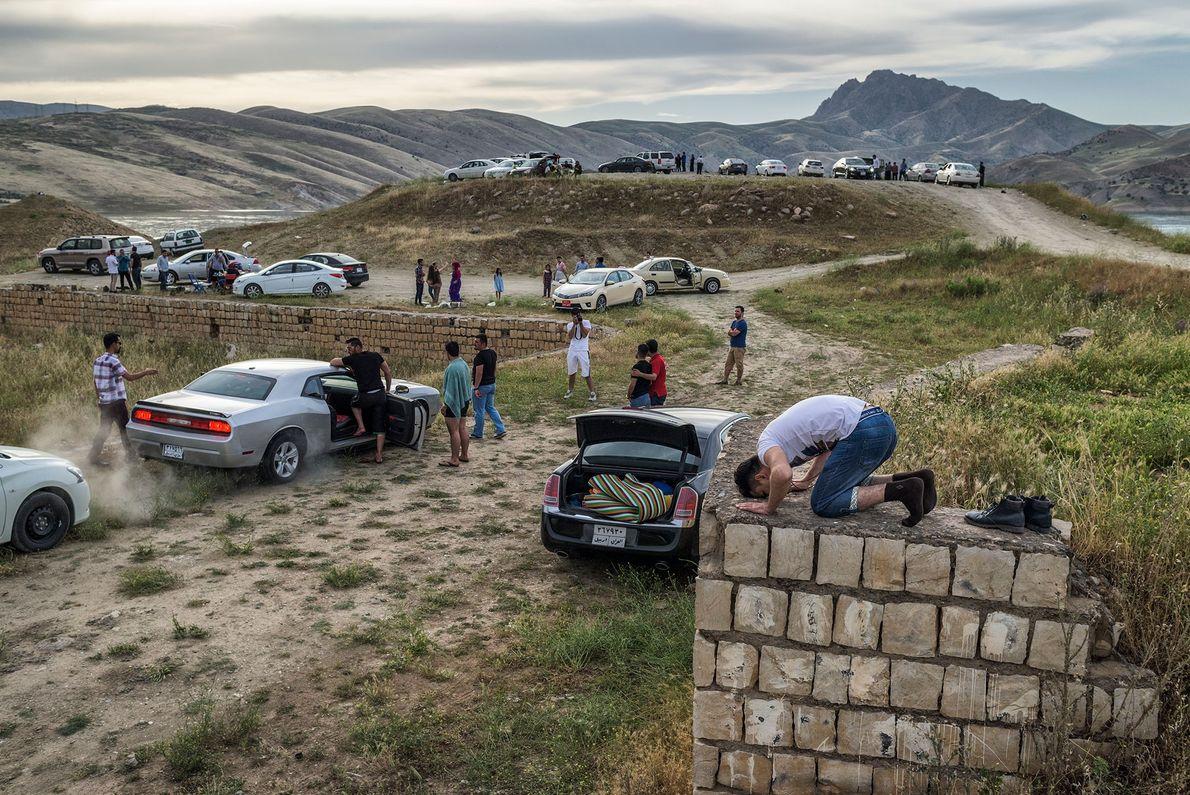 Famílias curdas fazem um piquenique a menos de três horas das linhas de batalha no norte ...