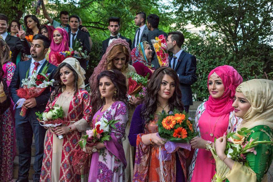 Jovens curdos vestem uma mistura de roupas tradicionais e ocidentais na formatura da Universidade de Sulaimani, ...