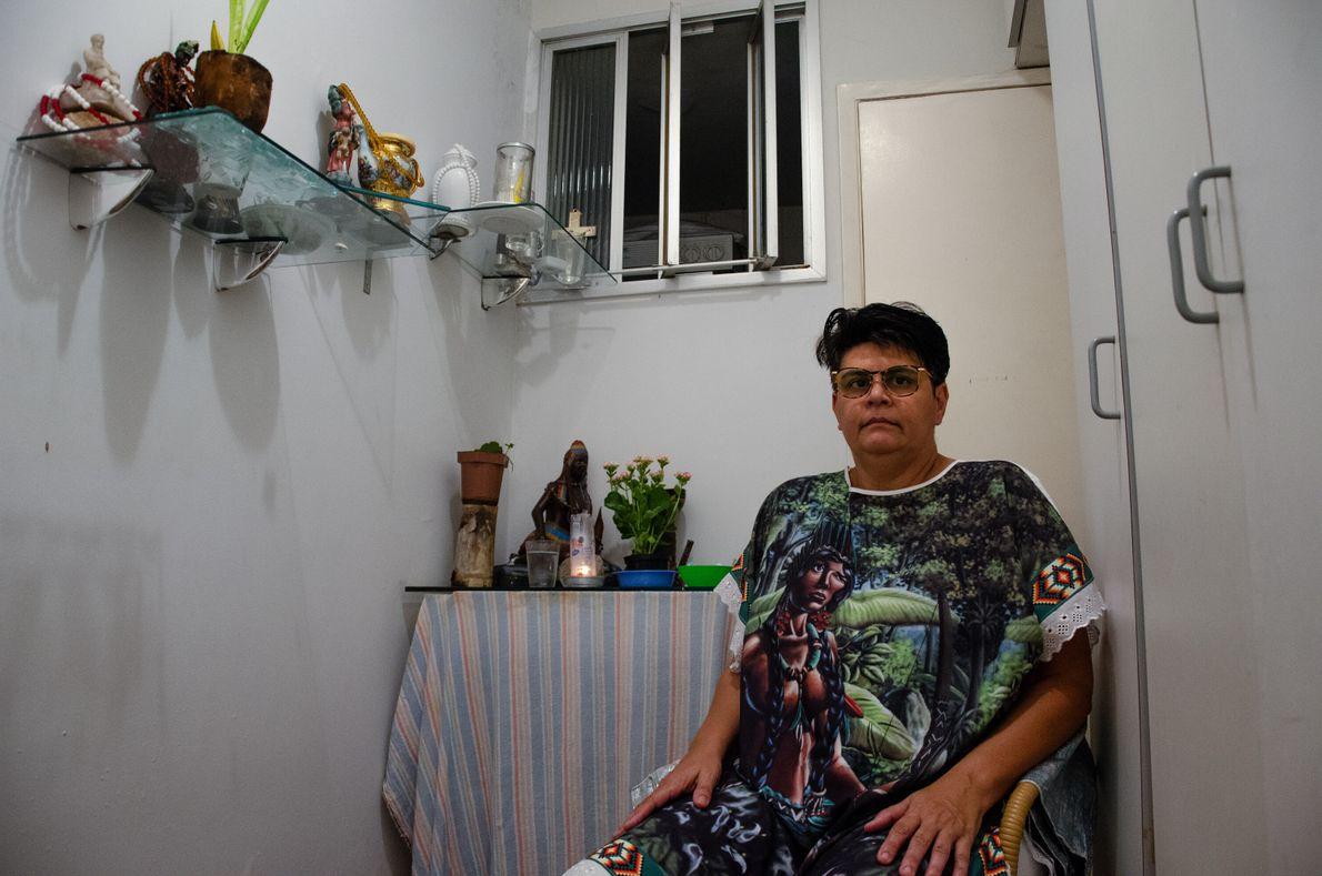 """A capixaba Luciana Marin, 51, é médium umbandista. """"Na pandemia, eu me preservei mais e fiquei ..."""