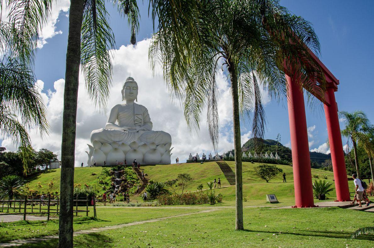 """Em Ibiraçu, interior do Espírito Santo, o batismo espiritual do """"Buda gigante"""", de 38 metros, estava ..."""