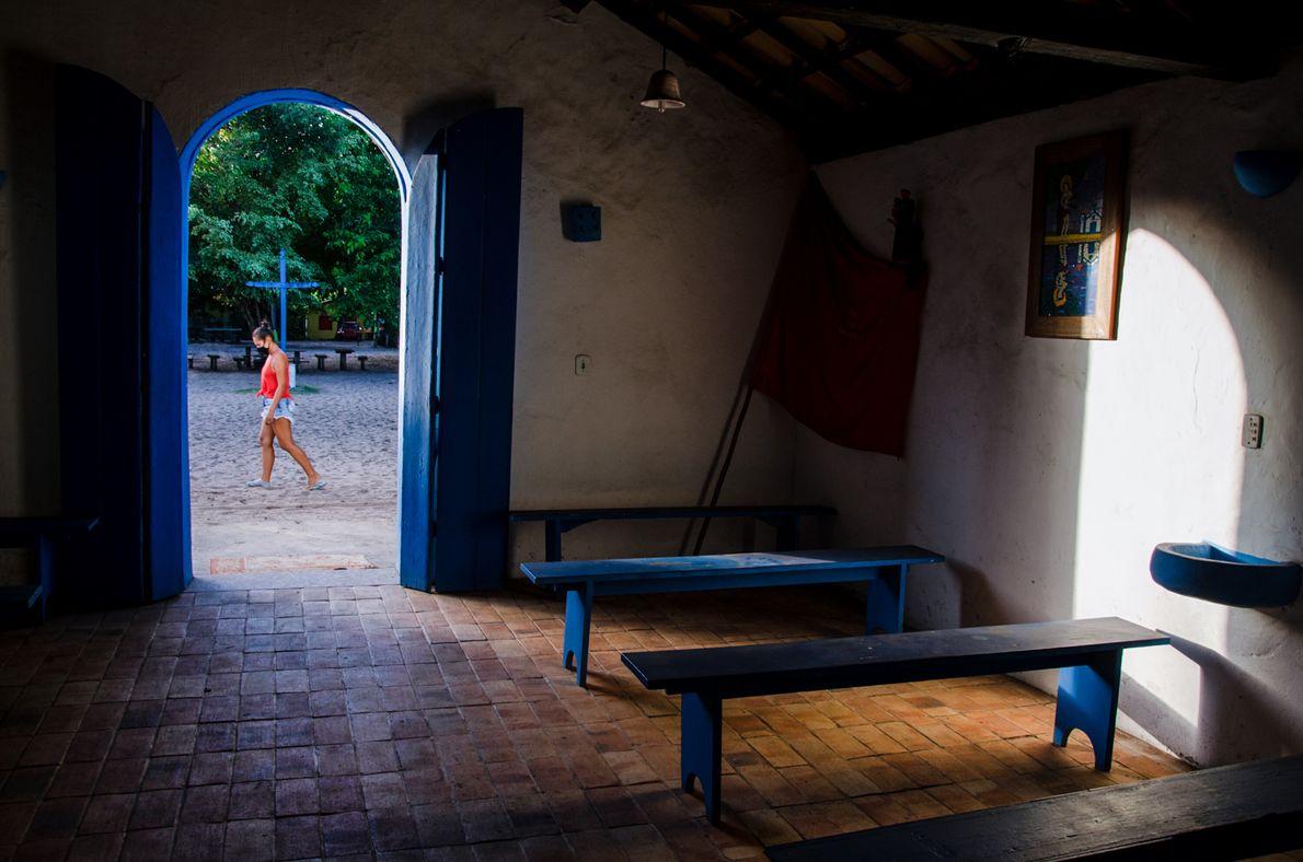Luz do entardecer entra em igreja católica de Caraíva, no sul da Bahia. Não há missas ...