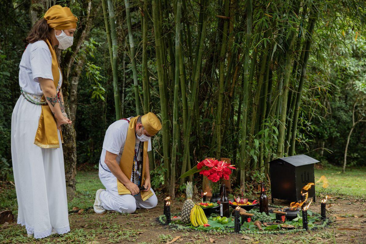 Em São Paulo, depois de quase quatro meses de interrupção, o pai de santo Márcio D'angelo ...
