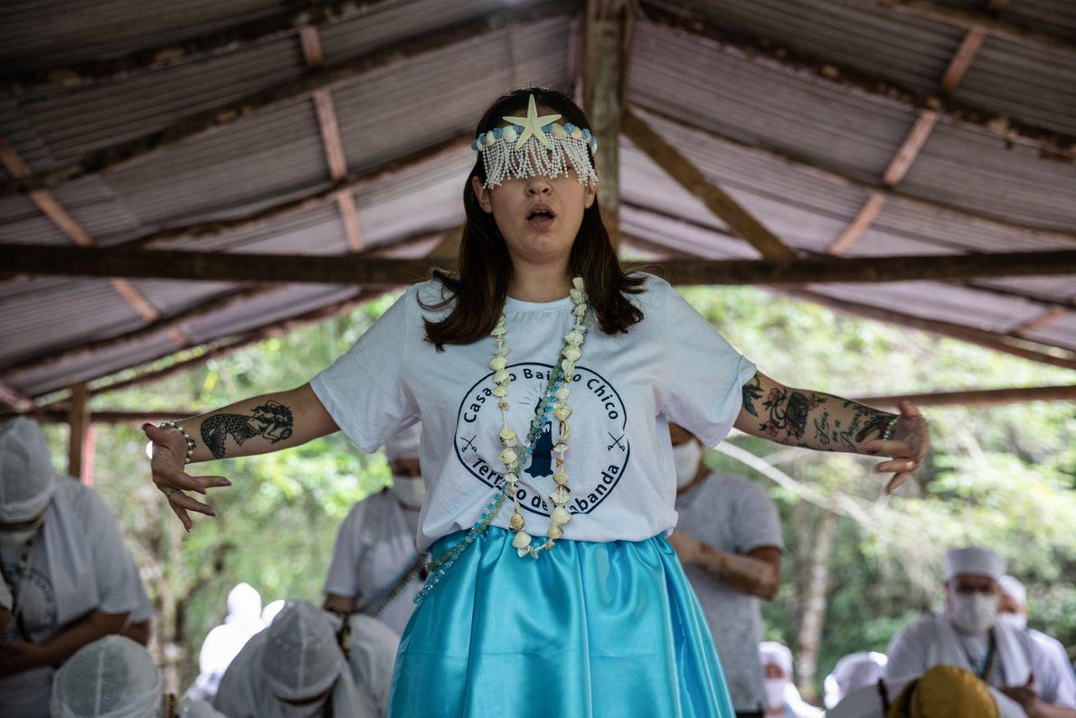 A mãe de santo Amanda D'angelo incorpora a entidade Iemanjá na gira de fechamento dos trabalhos ...
