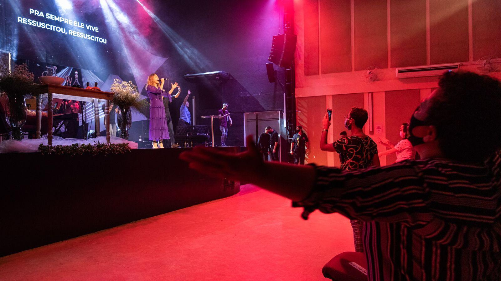 Lanna Holder, 46, é pastora-presidente da igreja evangélica inclusiva Cidade de Refúgio, em São Paulo, junto ...