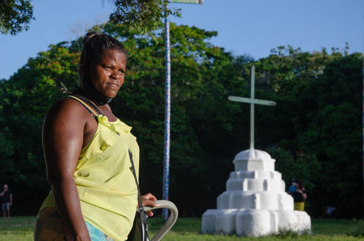 """A baiana Jamile dos Santos, 34, tem participado de cultos on-line durante a pandemia """"para não ..."""