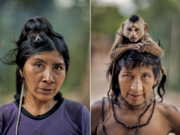 Ayrua (à esquerda), de 39 anos, com o cuxiú-preto de estimação, foi contatada por indigenistas em ...