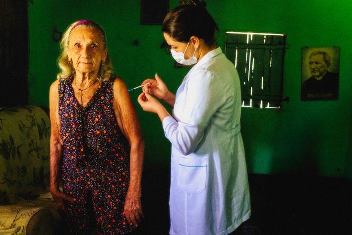 Zefinha de Galego, moradora de sítio São Francisco, em Prata (PB), é vacinada.