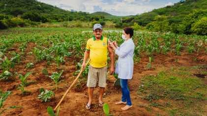 Técnicos do SUS levam vacina em casa e devolvem esperança ao sertão do Brasil