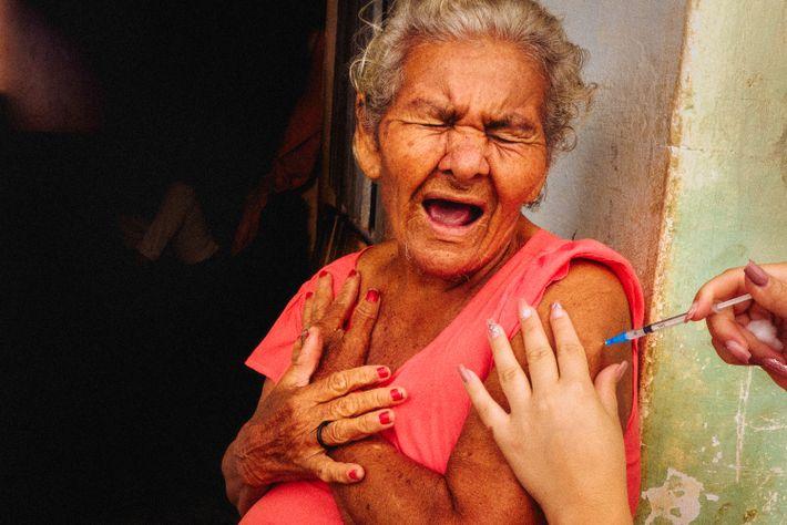 A agricultora Maria Pituba recebe a vacina em sítio Gabriel, município de Prata (PB).