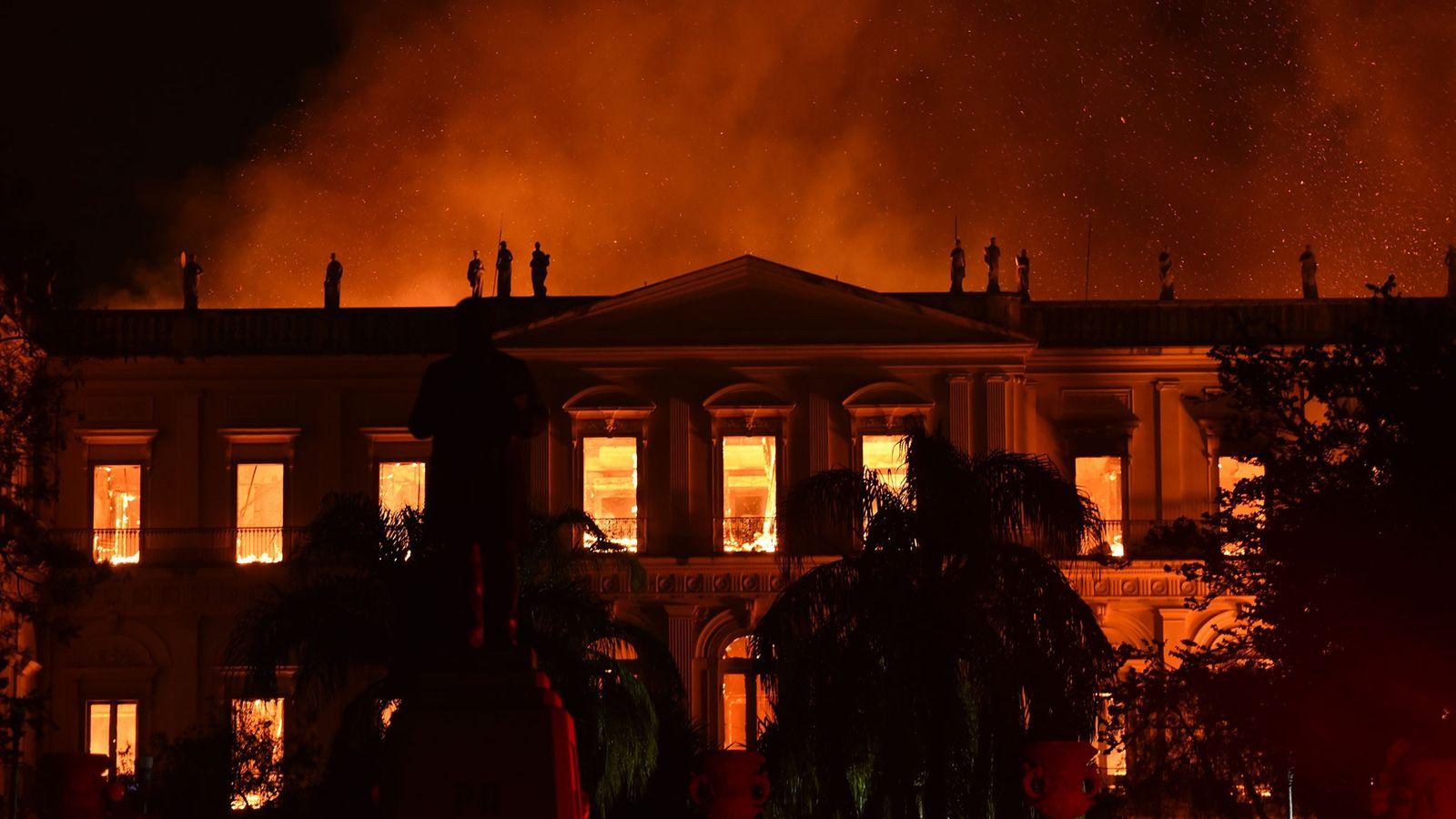 O fogo se espalhou rapidamente pelo prédio do Museu Nacional, no Rio de Janeiro, em 2 ...