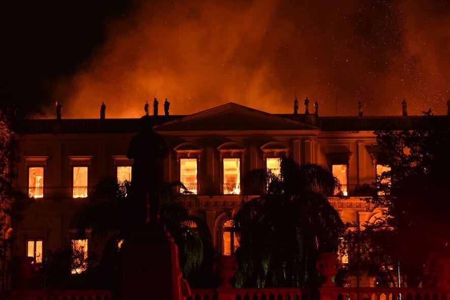 Incêndio em museu destrói parte fundamental da história do Brasil