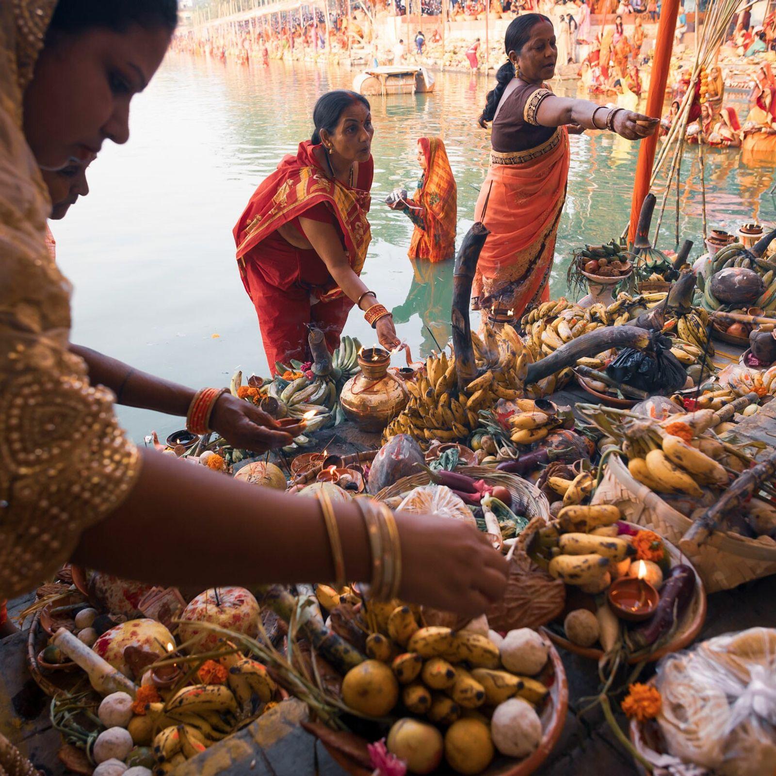 Celebrado atualmente em regiões da Índia, Nepal e outros países, o Chhath Puja é um antigo ...