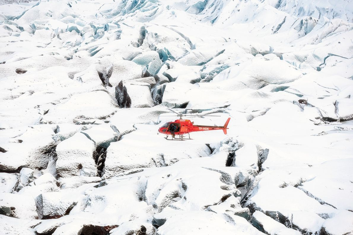 O comediante Rob Riggle acompanha Bear Grylls em uma aventura na geleira Vatnajökull, na Islândia. A ...
