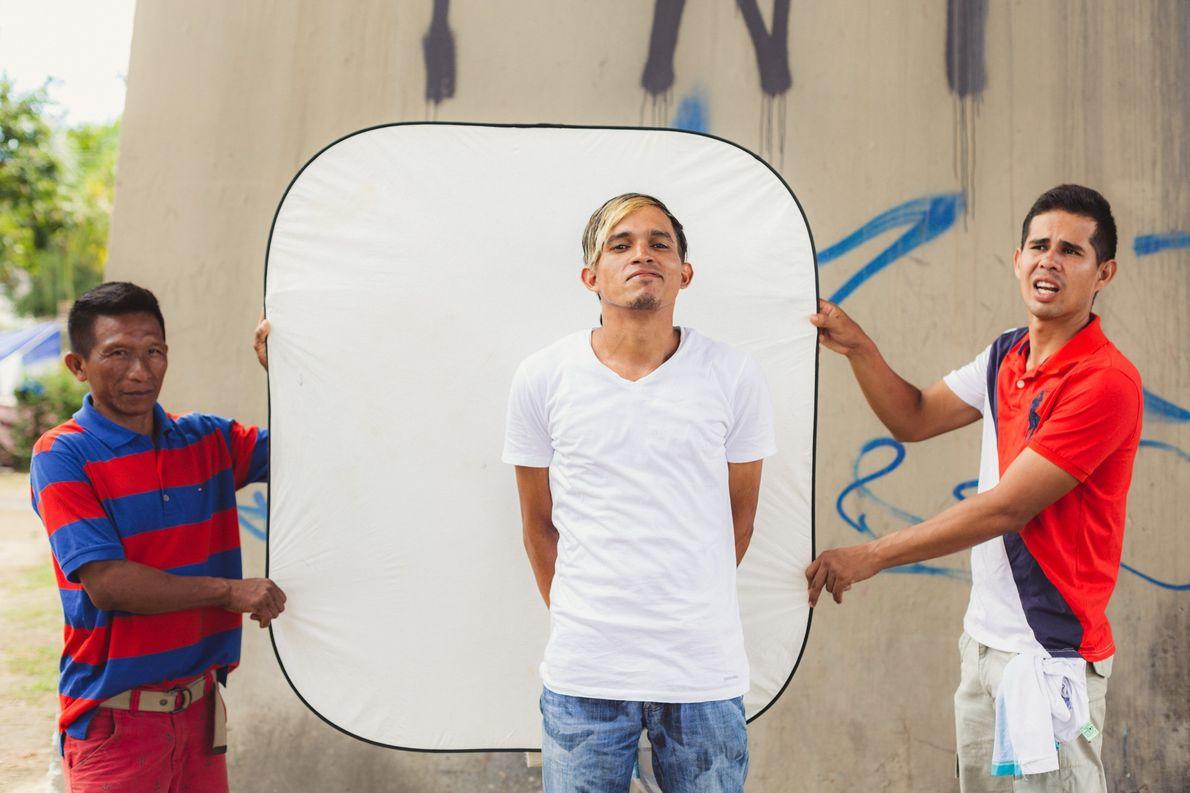 Comovida com a situação dos imigrantes, a fotógrafa Thays Bittar montou um estúdio improvisado, fez retratos ...
