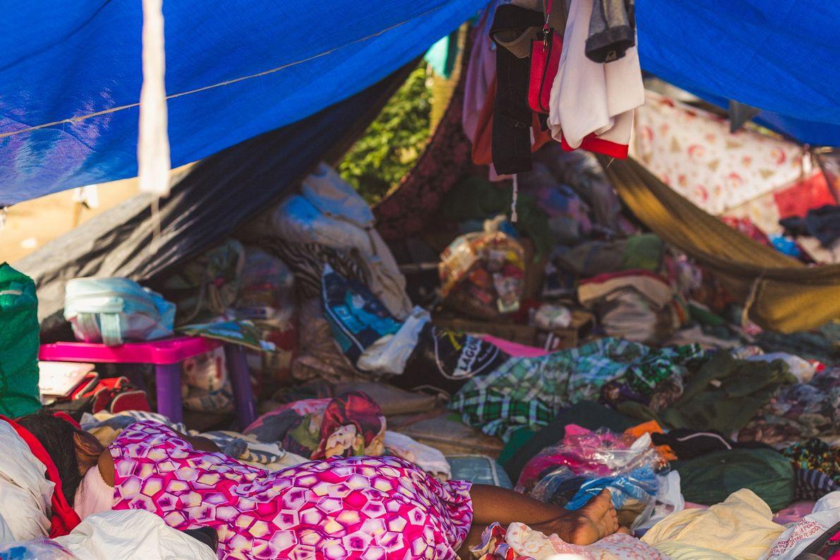 A situação dos imigrantes venezuelanos que moram no acampamento próximo à rodoviária de Manaus (AM) é ...