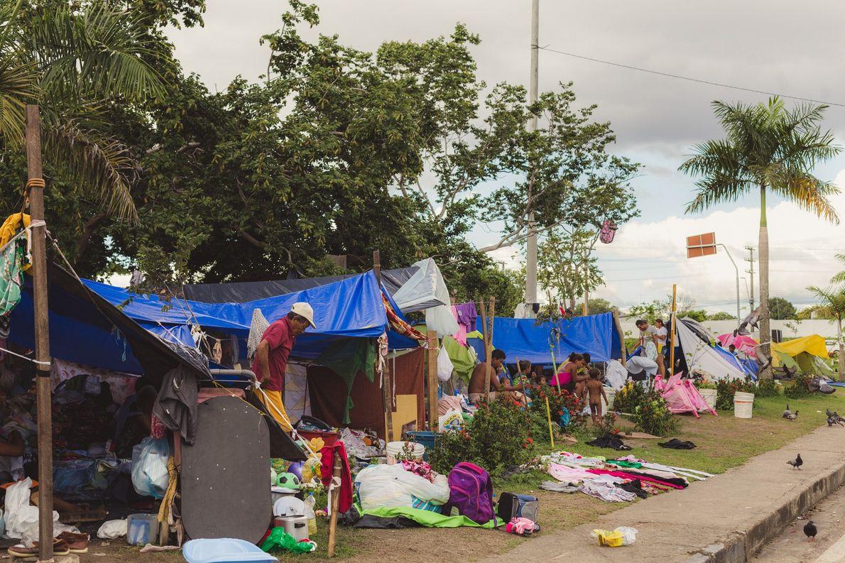 Cerca de 300 imigrantes venezuelanos moram neste acampamento improvisado próximo à rodoviária de Manaus (AM).