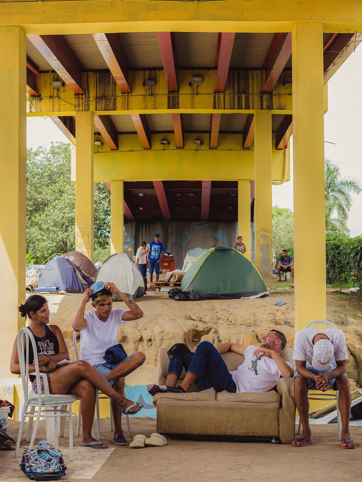 Um grupo de amigos imigrantes venezuelanos moram embaixo deste viaduto, próximo à rodoviária de Manaus (AM).