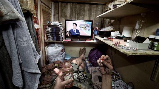 A vida nos 'cubículos-caixões' de Hong Kong