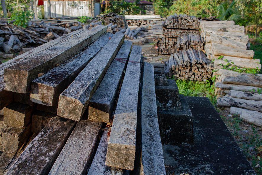 Lembrando uma madeireira abandonada, este armazém do governo na Guatemala abriga cerca de 9,9 mil metros cúbicos de madeira confiscada, da qual aproximadamente 70% é jacarandá.