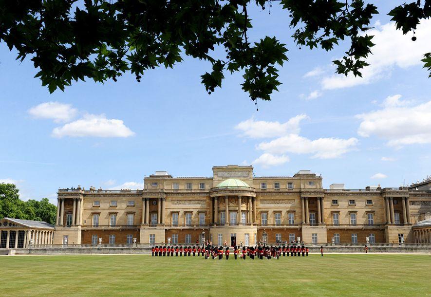 O Palácio de Buckingham é a casa principal da monarca britânica e funciona tanto como sede ...