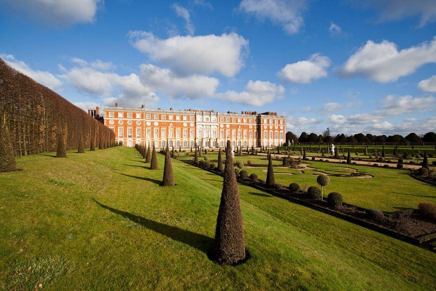 O Palácio Hampton Court, retiro de lazer de muitos monarcas, fica sobre os jardins reais de ...