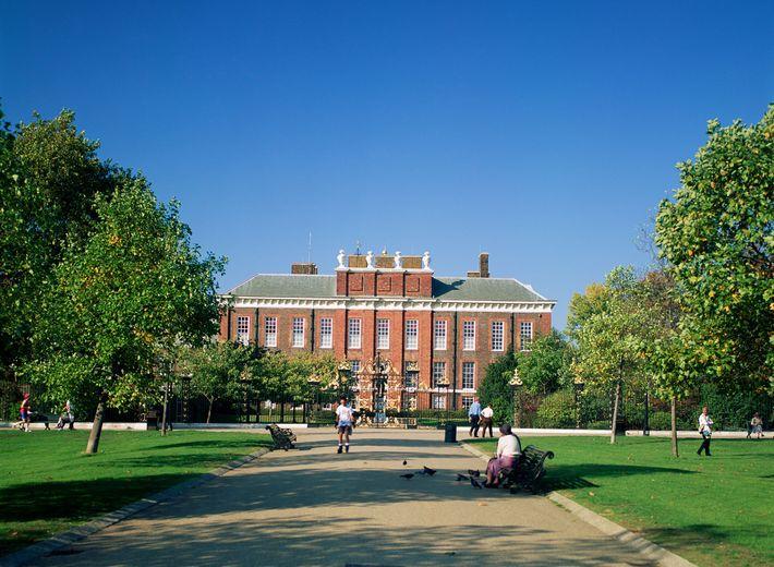 Visitantes apreciam os jardins do Palácio de Kensington.