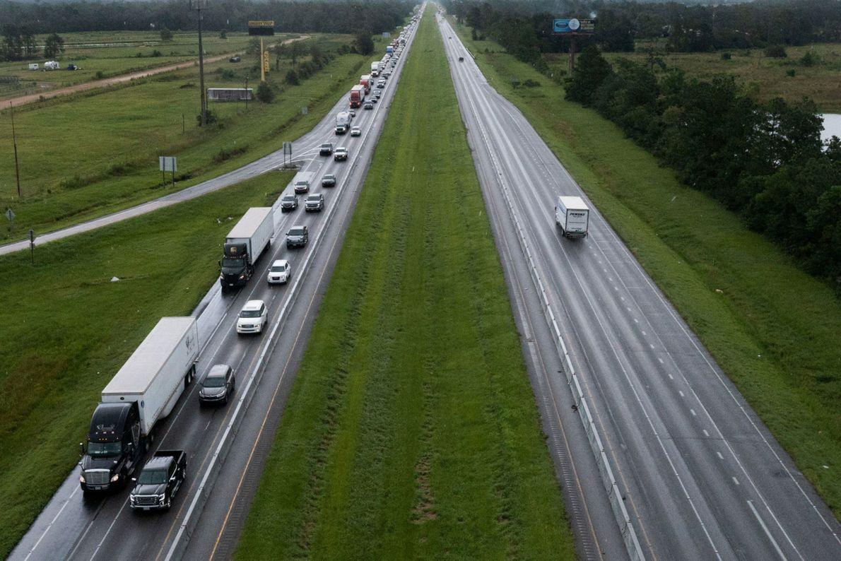 Lentidão ao longo da rodovia I-10 West conforme os moradores deixam a cidade de Vinton, Louisiana, ...
