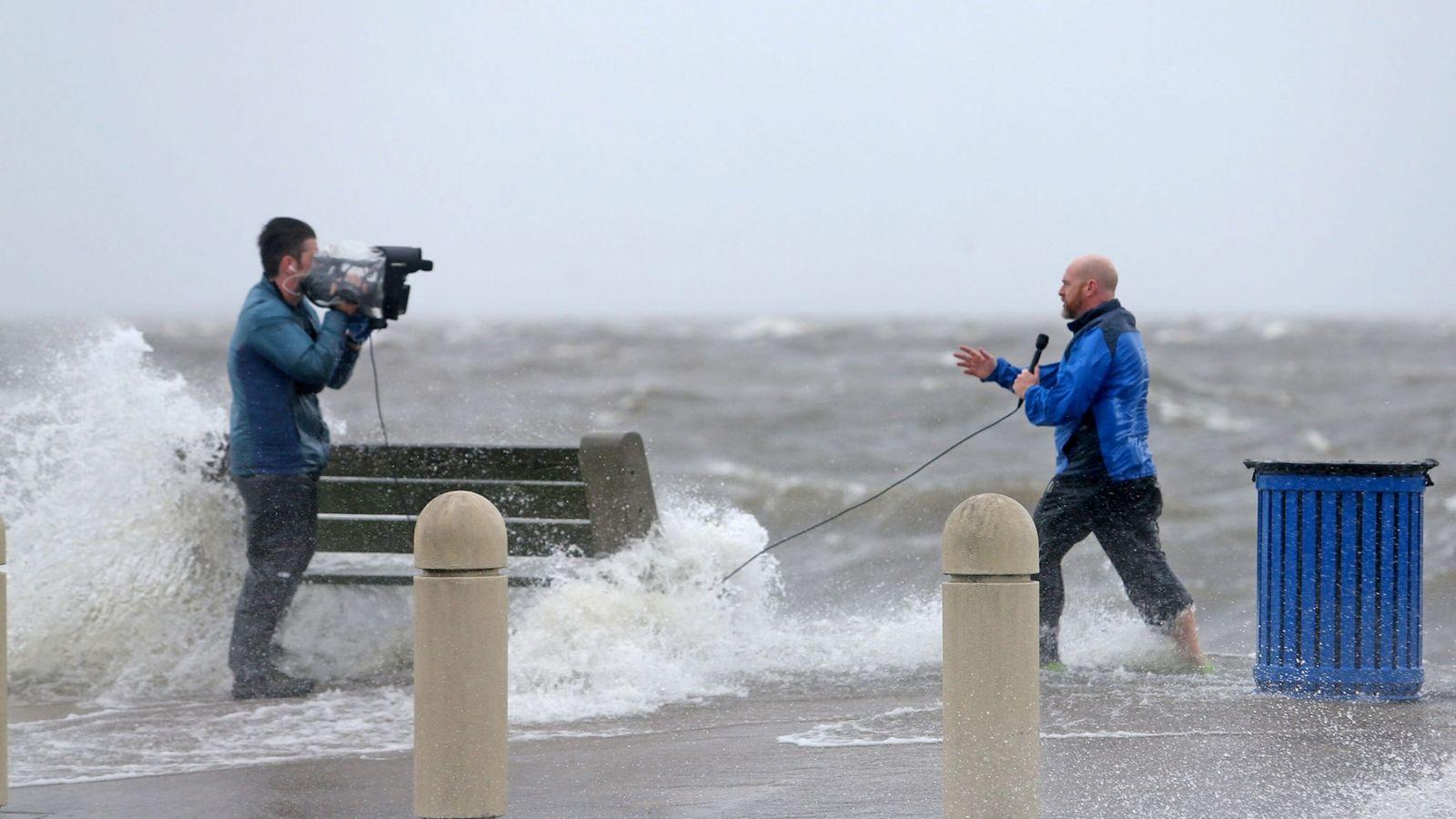 Um repórter e um cinegrafista documentam os efeitos do furacão Ida enquanto a tempestade inunda a ...