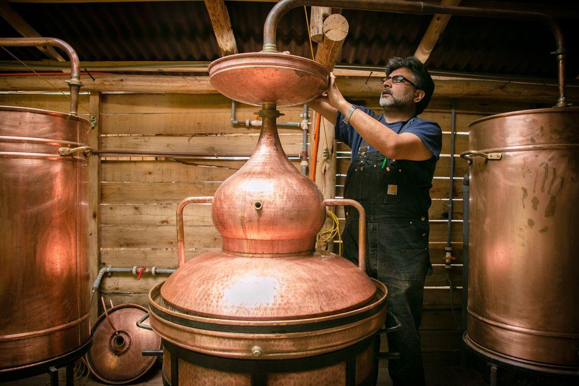 Em Ollantaytambo, Haresh Bhojwani, cofundador da Destilaria Andina,  prepara a produção de cañazo, tradicional rum ...