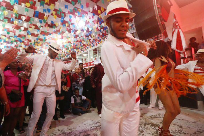 Dançarinos se apresentam na escola de samba Salgueiro, uma das participantes do famoso desfile de Carnaval, ...