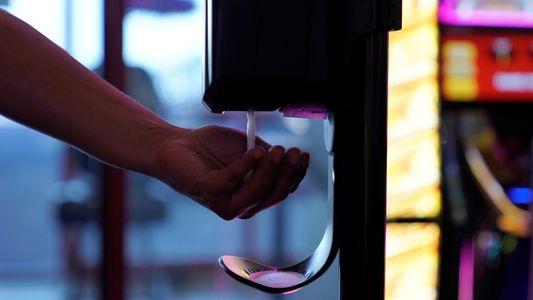 Álcool em gel contaminado e bebidas contrabandeadas estão intoxicando as pessoas