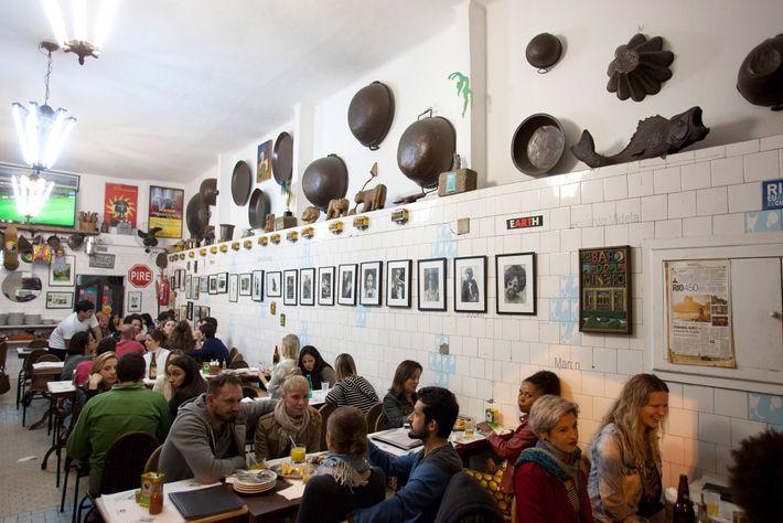 O Bar do Mineiro, um dos bares mais famosos do bairro boêmio de Santa Teresa, serve ...