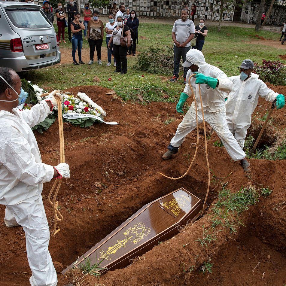 No Brasil, familiares têm apenas 10 minutos para se despedir dos mortos